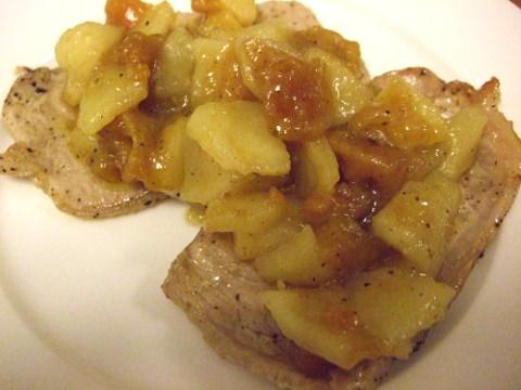 干し柿とりんごのソースをかけたポークソテーの写真