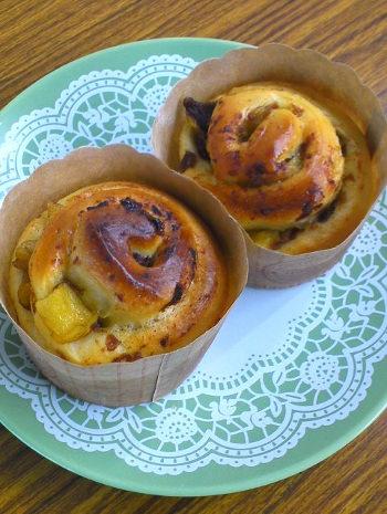 干し柿と林檎のプレザーブを入れて作ったパンの写真